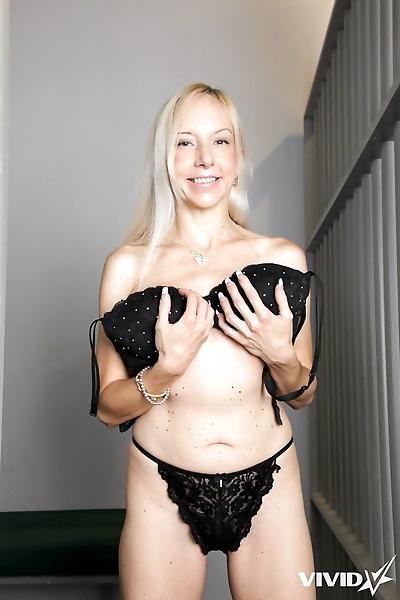 Lesbian pornstars Emma Hix &..